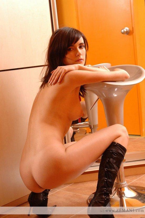 Эротические фотографии очаровательной девушки у зеркала