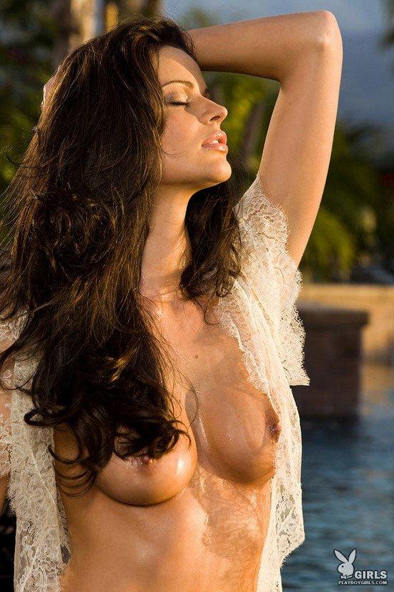 Эротическая фотосессия брюнетки-секси в черном лифе