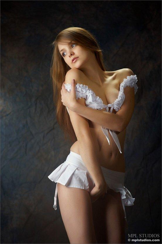 Эротическая фотосессия шатеночки в белой юбочке