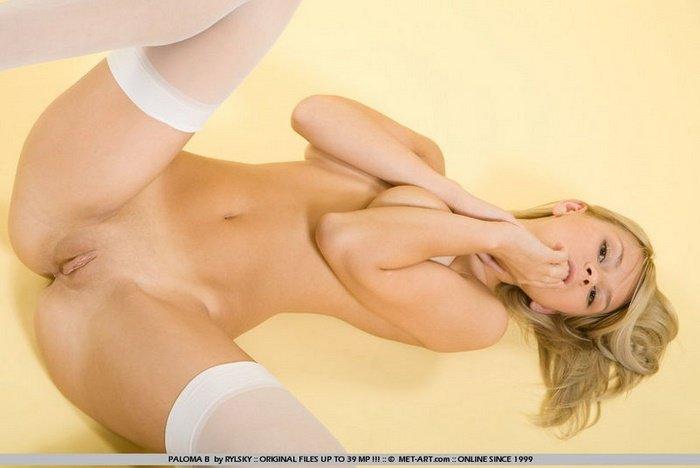 Эротические фотографии блондиночки в белых чулочках