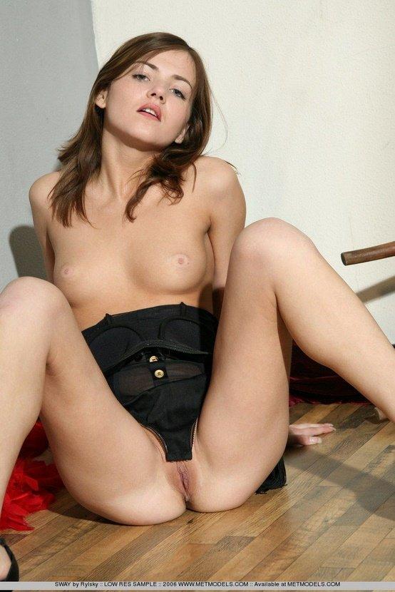 Эротическая галерея симпатичной девушки в черном боди