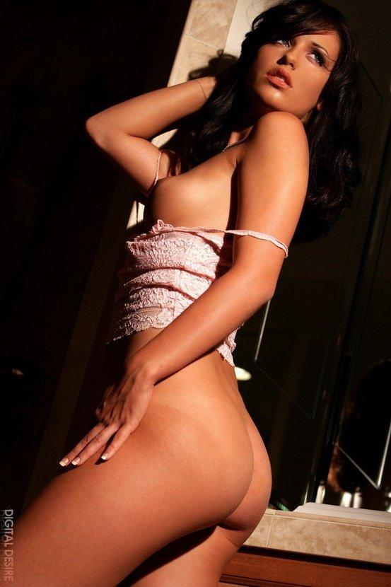 Эротические фотографии сексапильной брюнетки в душе