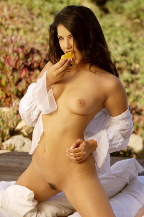 Эротический фотосет чувственной брюнетки в белой кофточке