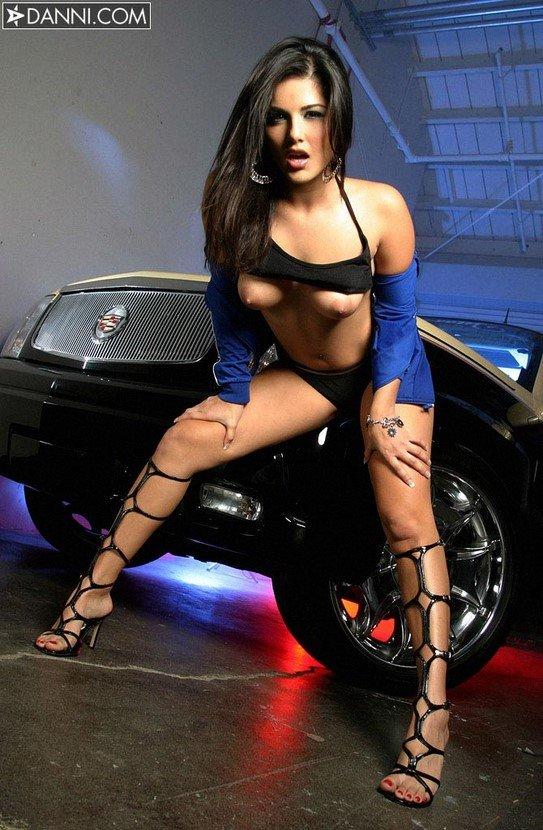 Эротическая фотосессия сексапильной брюнетки с авто