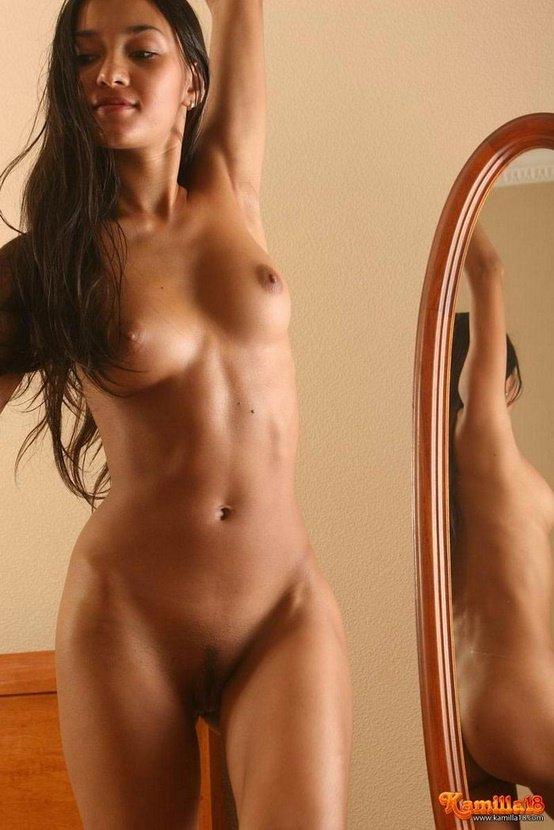 Эротическая фотогалерея игривой девушки перед зеркалом