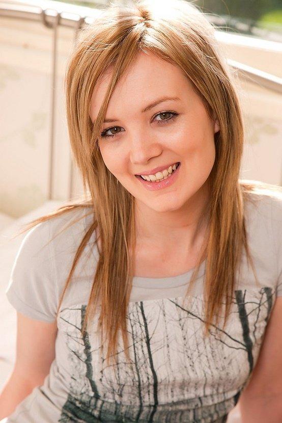 Эрогалерея очаровательной блондинки в серой футболке