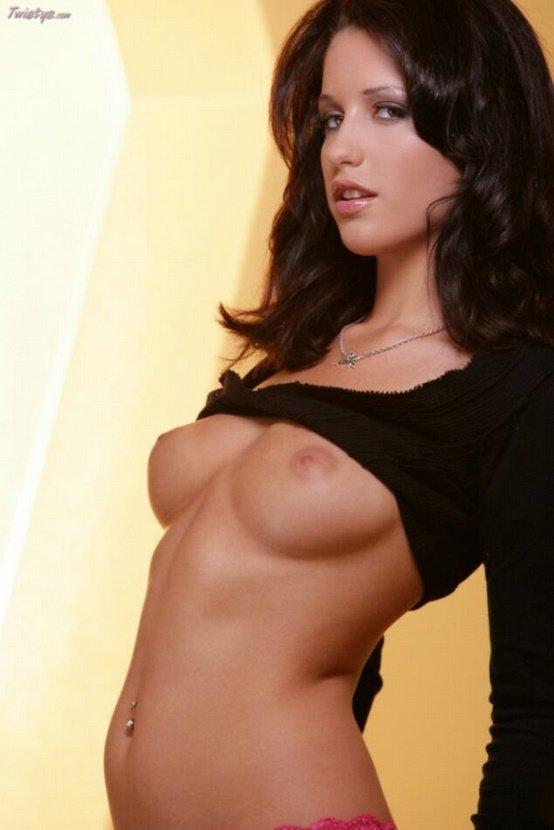 Эротические фото сексуальной девушки в черном топе