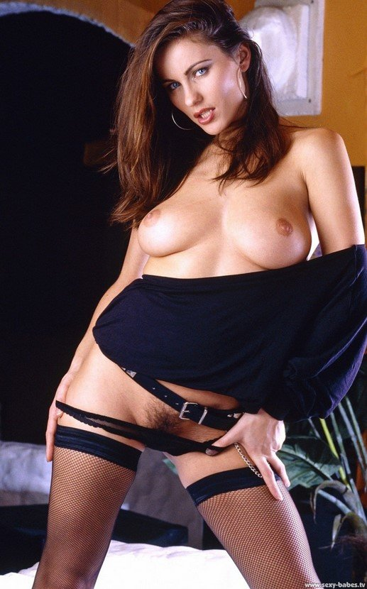 Эротический фотосет чувственной брюнетки в черном кепи