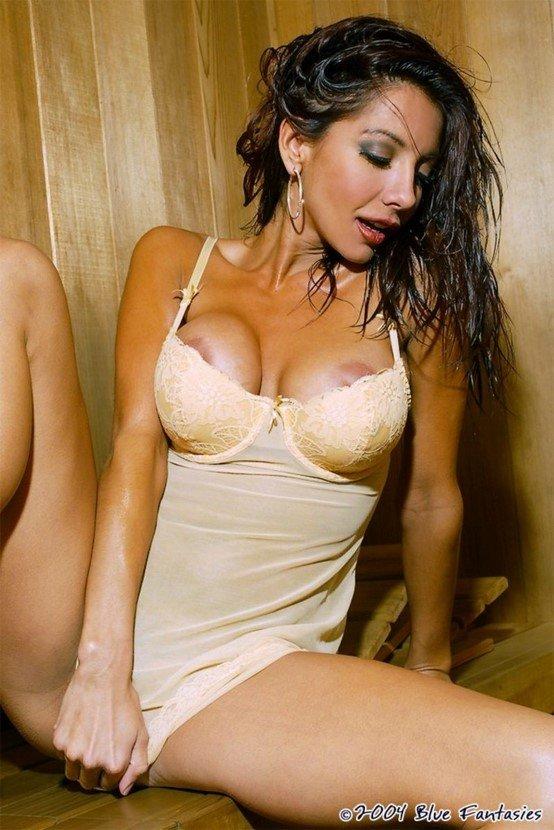 Эротический фотосет пышногрудой брюнетки в бежевом пеньюаре