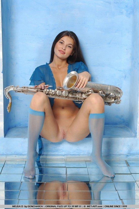Эротическая фотосессия прелестной девушки с саксофоном