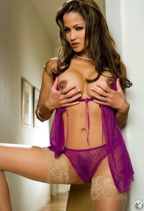 Эрогалерея сексапильной брюнетки в лиловом пеньюаре