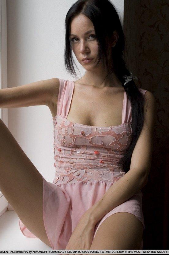 Эротическая фотосессия симпатичной брюнетки в розовом платье