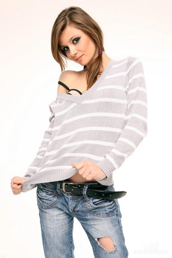 Эротическая фотосессия милой шатенки в полосатом свитере