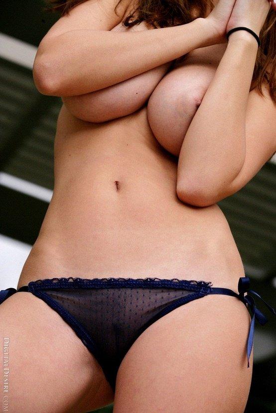 Эротический фотосет грудастой шатенки в синих трусиках