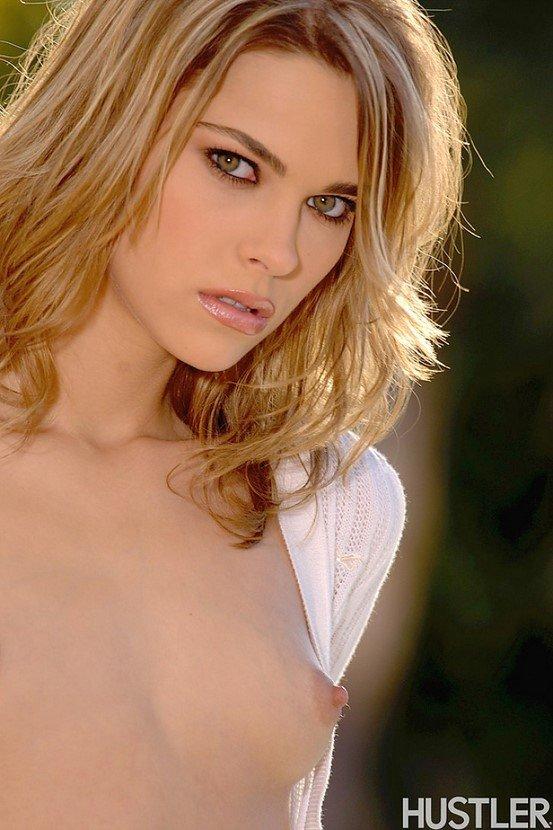 Эротический фотосет сексапильной блондинки в белой кофте