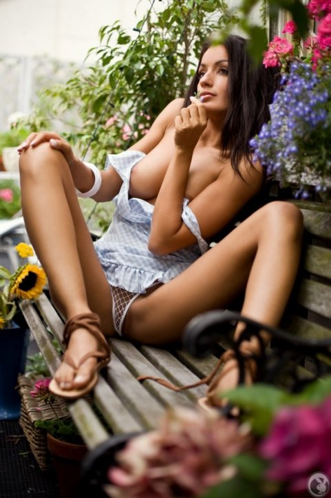 Эротические фото красивой девушки на садовой скамейке