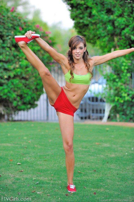 Эрогалерея симпатичной девушки за утренней гимнастикой