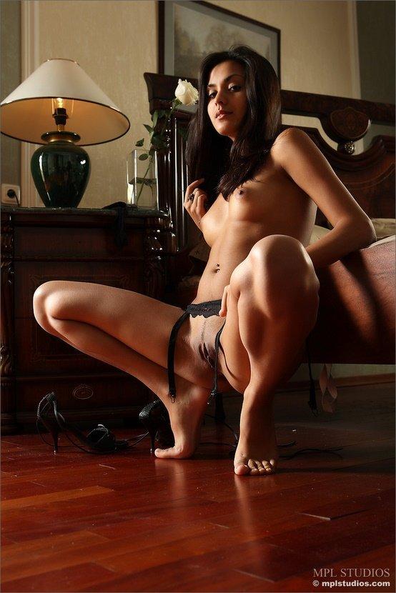Эротические фотографии красивой голой девушки с белой розой