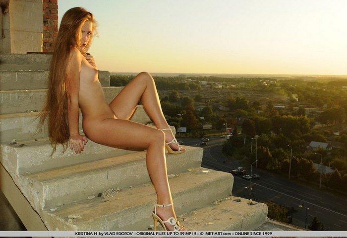 Эротическая фотогалерея красивой девушки в заброшенном доме