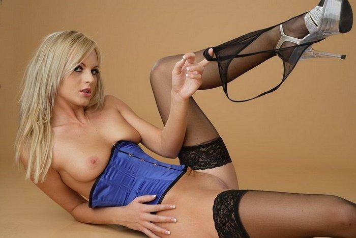 Эротические фотографии красивой девушки в синем корсете