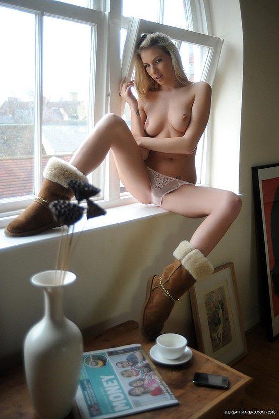 Эротический фотосет сексапильной блондинки в розовых трусиках