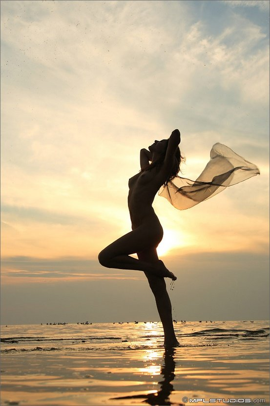 Эротическая фотосессия красивой девушки на закате слолнца