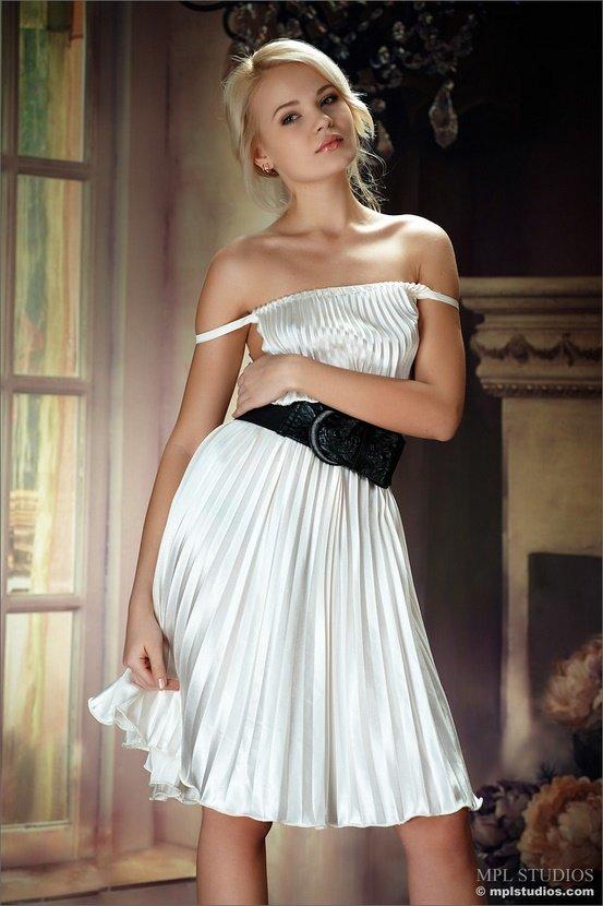 Эротический фотосет блондинки в белом плиссированном платье