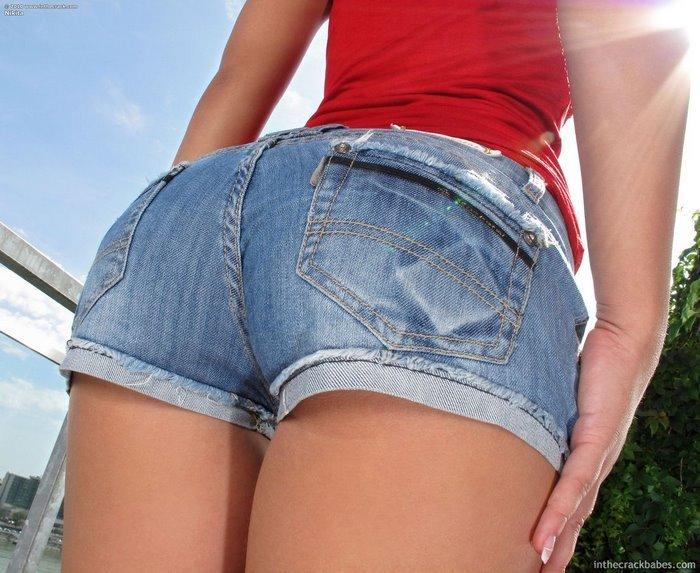 Эротическая фотосессия девушки в джинсовых шортах