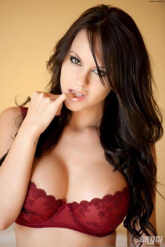 Эротические фото сексуальной брюнетки в красном белье
