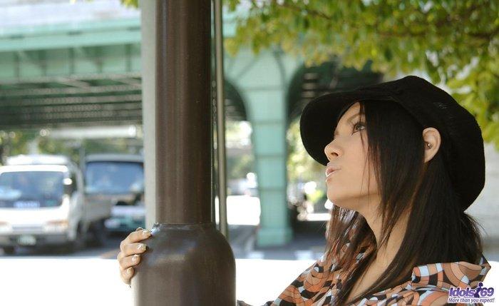 Эротическая галерея милой девушки-азиатки в черной кепке