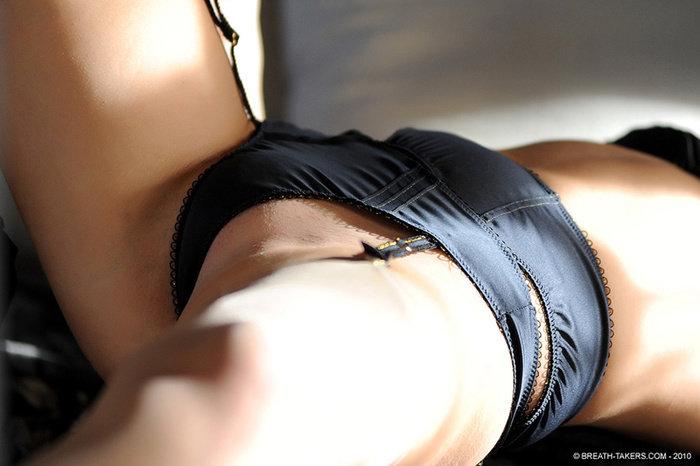 Эротические фото сексуальной девушки-брюнетки у зеркала