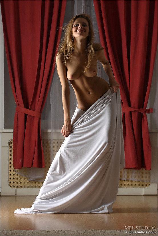 Эротическая фотогалерея сексуальной блондинки в белом
