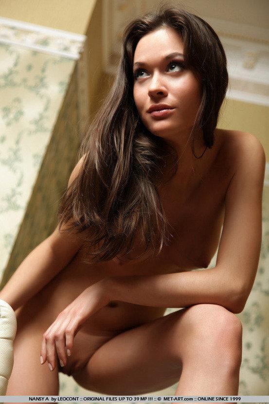 Эротические фотографии сексуальной девушки в кресле