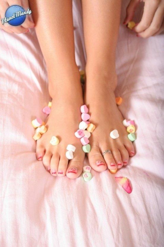 Эротическая фотогалерея чувственной блондинки с конфетками