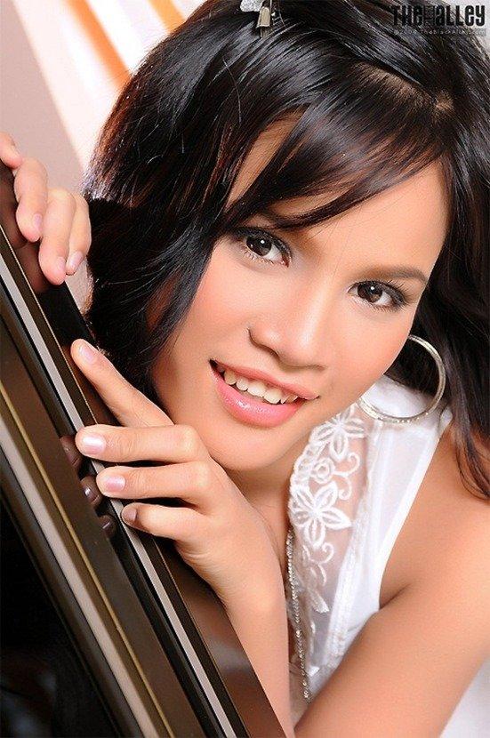 Эротические фото красивой девушки в белой ночной рубашке
