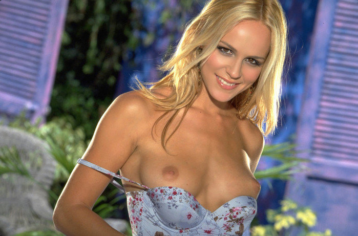 Эротический фотосет сексуальной блондинки в джинсовой юбке