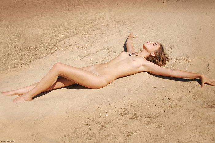Эротические фотографии красивой голой девушки на песке