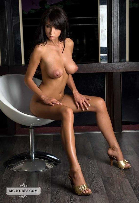 Эротическая фотогалерея обнаженной брюнетки на стуле