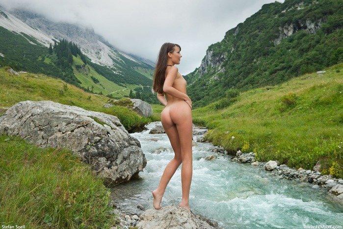 Эротическая галерея красивой голой девушки у горной реки