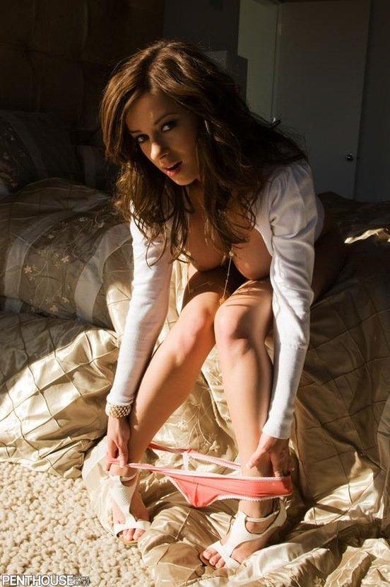 Эротическая фотосессия девушки-секси в розовых трусиках