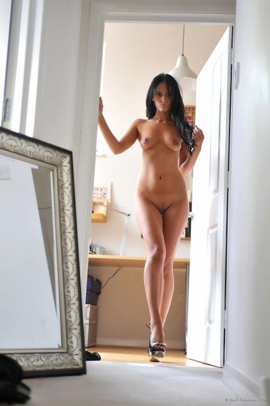 Эротическая галерея девушки-секси в коротком черном платье