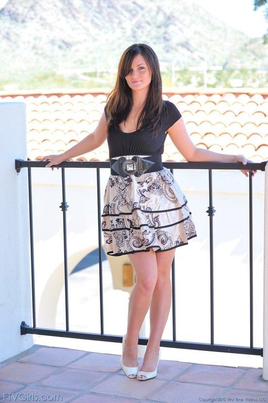 Эрогалерея миловидной шатенки в платье с широким поясом