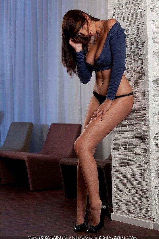 Эротическая галерея сексапильной шатенки в синем топе