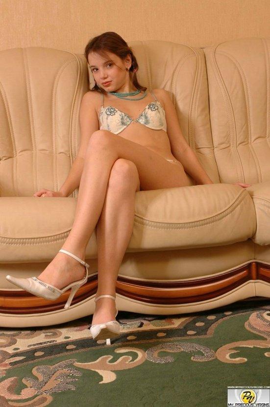 Эротические фото красивой шатеночки с двумя косичками