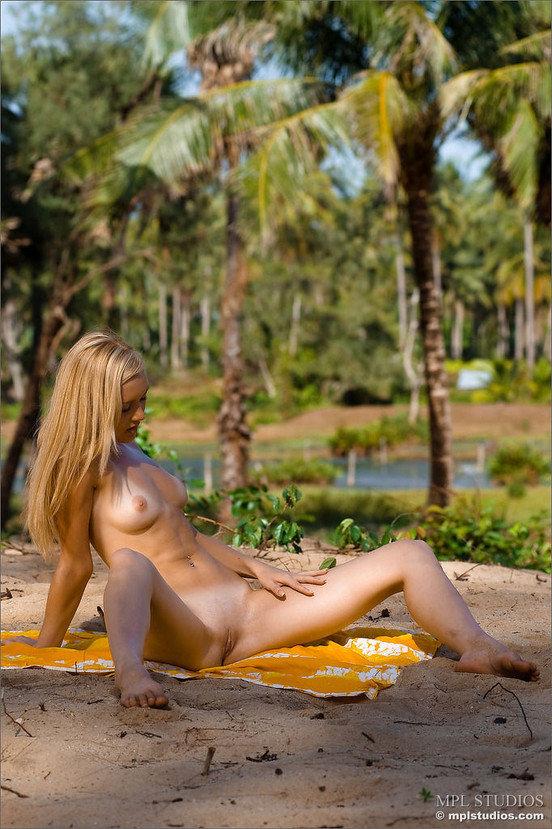 Эротические фотографии красивой девушки в желтом