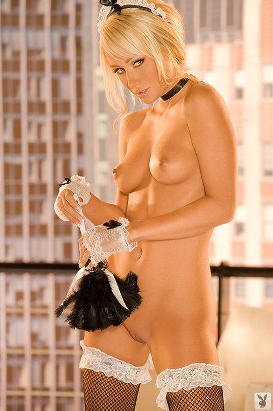 Эротический фотосет очаровательной блондинки-горничной