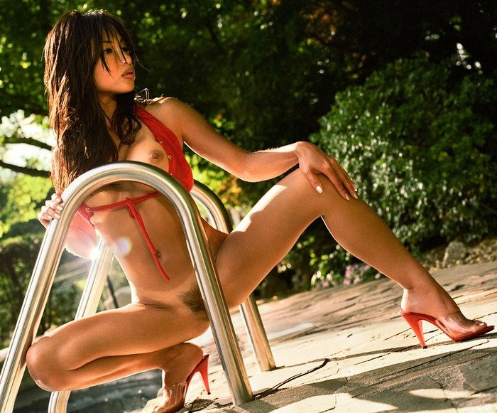 Эрогалерея красивой девушки в красных шортиках на шнуровке