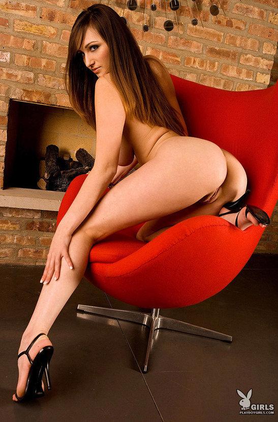 Эротические фото сексуальной девушки в красном кресле