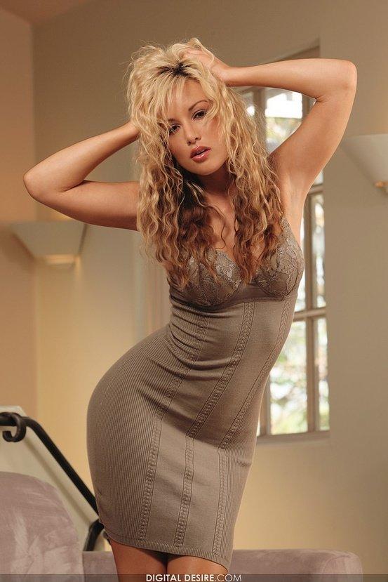 Эрогалерея сексапильной блондинки в обтягивающем платье