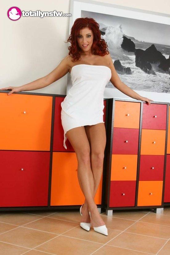 Эротическая галерея рыжеволосой красотки в белом платье
